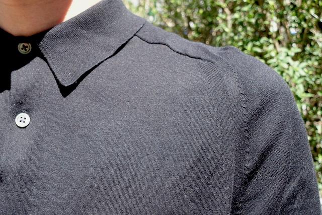 ユニクロ+Jのシルクコットンニットポロシャツ(黒、肩部)