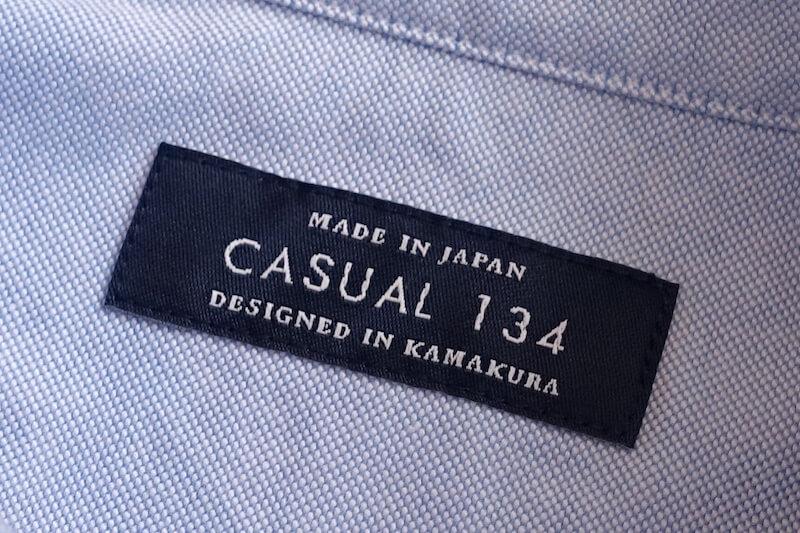 鎌倉シャツのカジュアル134(ロゴ、製品タグより)